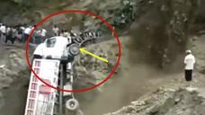 大货车遇山体塌方,直接被泥石流冲下山崖!太可怕了