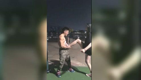 大长腿美女,挑战肌肉男,不料却被一招制服