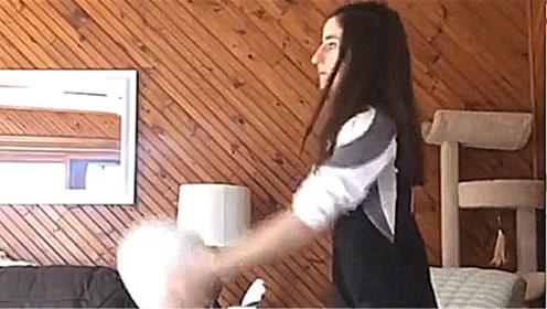 美女家中练排球,没有想到,竟把家中搞成这样!