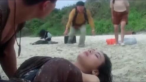 美女晕倒在沙滩上,男人们看到她躺过的沙地顿时惊了