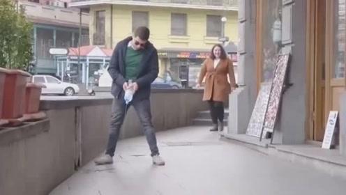 小伙街头恶搞,用瓶子模仿撒尿,广东网友;美