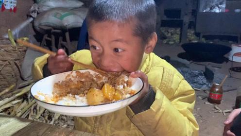 贫困山区无父无母的孩子,从没吃过这样的饭,狼吞虎咽让人心酸