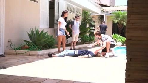 国外爆笑街头恶搞:女子装死,男友一个举动令