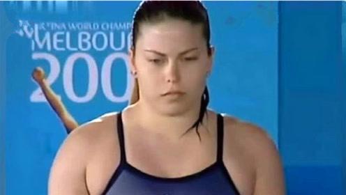 """300斤肥姐跳水是什么画面?肥肉都快溢出泳衣了,入水后猛的""""炸""""开"""