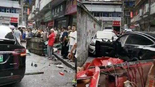 惨不忍睹!四川一辆特斯拉疑失控连撞多车,现场玻璃渣碎一地!