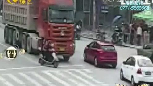 年轻女子驾驶电动车忽转弯,被货车无情碾压,监控视频曝光