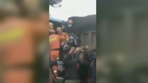 牡丹江公交车与沙土车相撞7人被困,有1人重伤昏迷