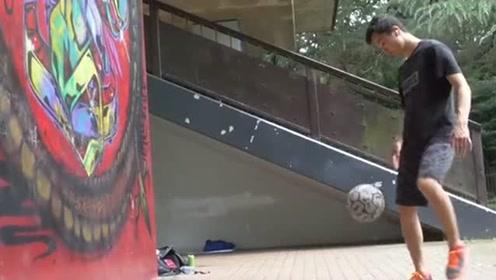 小哥街头表演花式足球,这几脚球踢得属实精彩,不愧是经过了多年的练习!