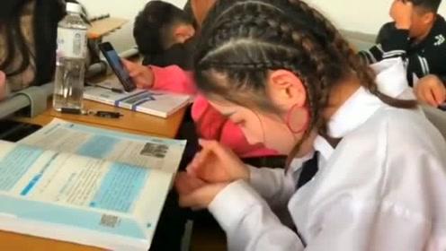 上课就是睡觉、玩手机、拍视频,这班大学生毫无生活压力