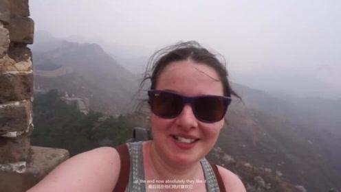 国外小姐姐独自一人游长城,太震撼了
