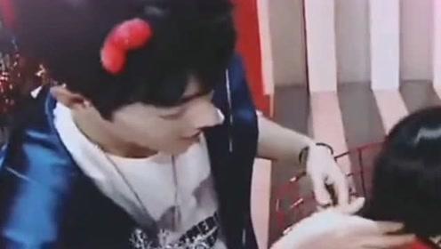 肖战考古视频,战哥给小朋友梳头发真的好温柔啊,好喜欢这样的战哥