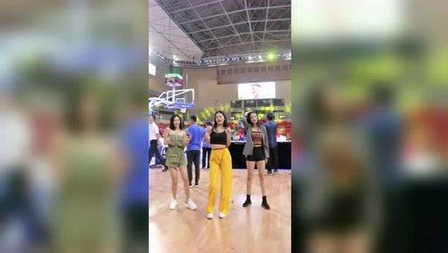 女神啦啦队篮球场上蹦迪超嗨,最后一投很有惊喜!