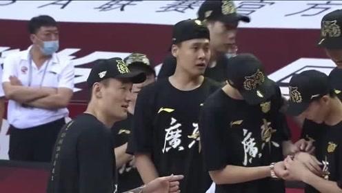 CBA颁奖典礼:广东十冠王!易建联拖着伤脚和队友共享荣耀时刻