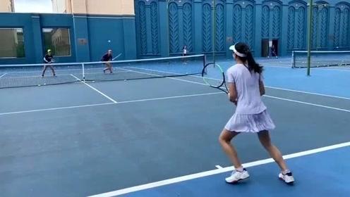 田亮晒女儿打网球视频 森碟活力满满长腿优越