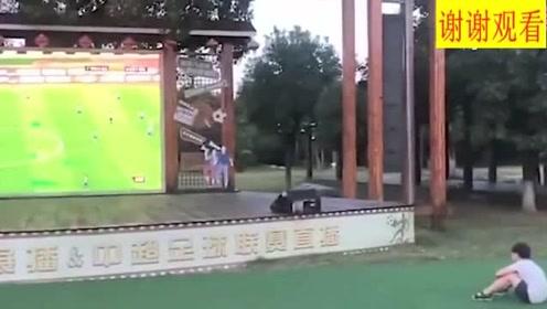 少年这么专注观看中超比赛,可见他有多热爱足球
