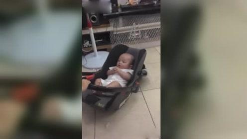 11个月姐姐可以照顾3个月弟弟,看弟弟有点淘气,赶紧晃晃哄着