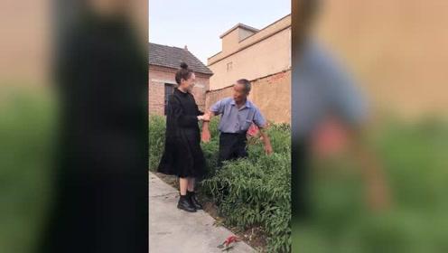 跟爷爷一起拍视频,没想到**也笑得那么开心!