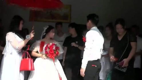 广西一姑娘出嫁,新郎带着她出门时,配的一首《幸福的两个人》