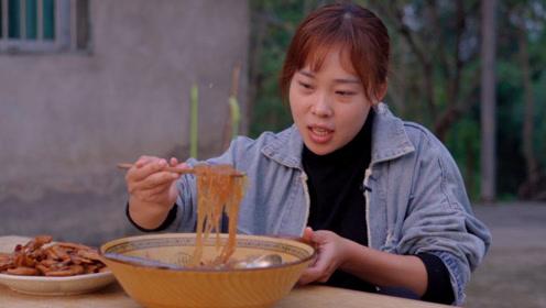 秋妹今天猪肉炖粉条,配一盘卤鸭爪,大口嗦粉太好吃了