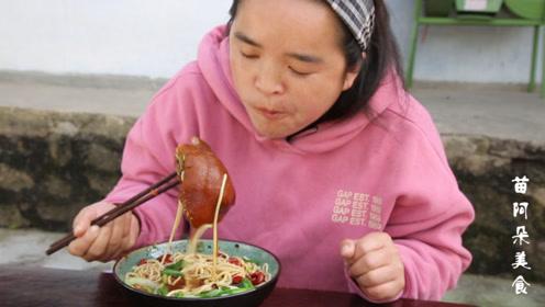 苗大姐自己做出秋天味,猪头卤肉粉一碗,猪鼻被啃得干干净净