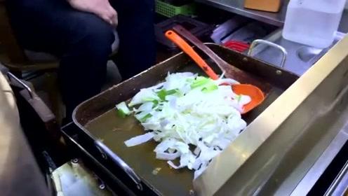 韩国的街头美食炒年糕,放了洋葱和辣酱,满满一大碗真实惠