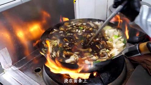 小刘吃美食:韩国的杂酱面看起来有点怪怪的 呢