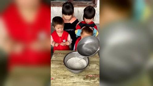 农村简单生活,给孩子做饭