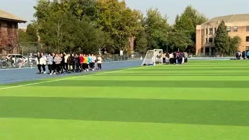 考上清华大学的女孩太多了,一个班全是女学霸,正在上体育课这操场太壮观。