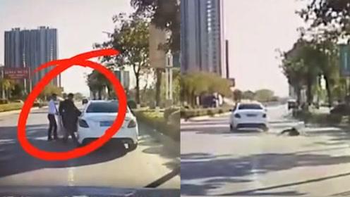 广西男子试驾奔驰车,趁4S店工作人员下车之际,一脚油门把车开跑……