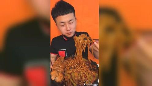 美食吃播:新疆炒米粉配猪蹄