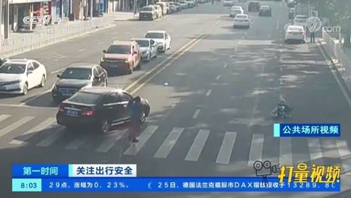 惊险!司机为抢黄灯撞飞婴儿车,这个细节救了孩子一命
