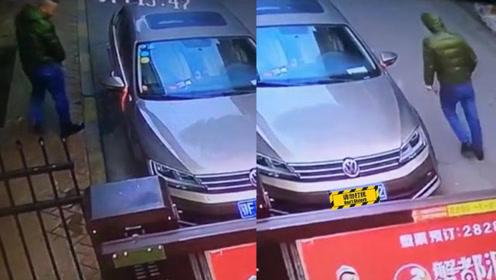 男子叼烟猛划小区停放车,戴帽后趁无人再次划车2次,监控曝光划车细节