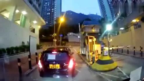 实拍:女司机一脚油门,把视频车都给撞懵圈了
