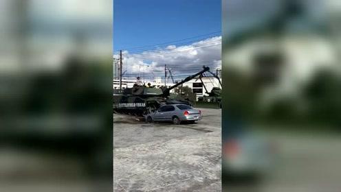 拍视频代价有点大,一辆汽车就报废了,但坦克的稳定性极强!