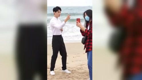 龚俊周雨彤在海边拍搞怪视频,龚俊拍完周雨彤看到笑的前俯后仰