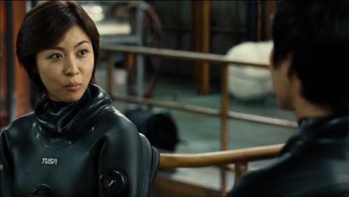 深海之战:美女和小伙一言不合,真是太搞笑了,这段戏百看不厌