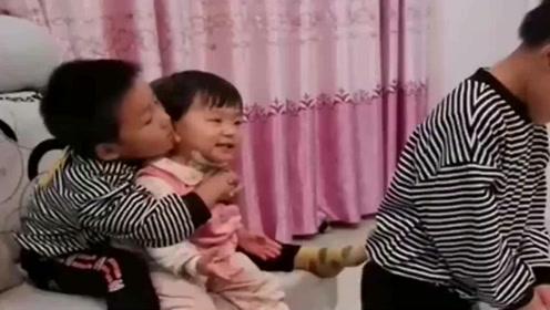 妈妈搞定不了的妹妹,被两个哥哥轻松解决了,真是太搞笑了