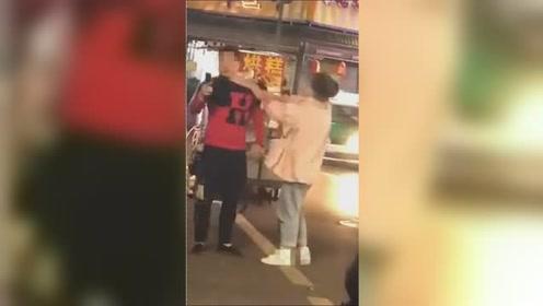 男子在街头被人连续抽打耳光 沉默不语不还手还淡定自拍