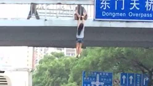 深圳东门天桥一女孩悬挂天桥 引起围观