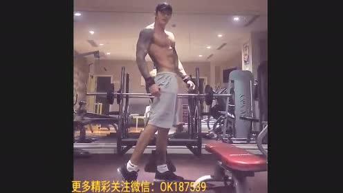 肌肉型男自拍