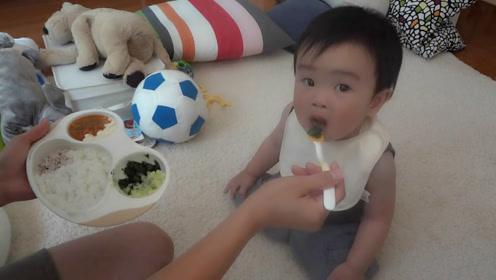 可爱吃货宝宝饿的追着妈妈闹着要吃饭,一吃上饭马上就安静下来!