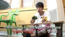 当大家都在餐桌前美美的用餐时,李光洙只能啃着紫菜,好凄惨!