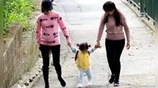 方媛七月孕肚照曝光,两大人牵着女儿小手十分温馨