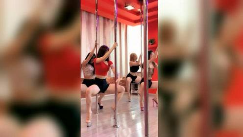 跳钢管舞的女生都是大长腿,真的太显眼了