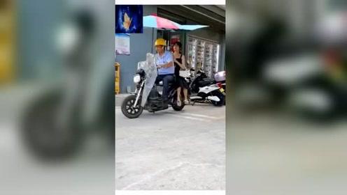 这个摩的大叔真是太坏了,载着美女小姐姐居然这样骑摩托车