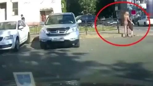 短裙女子从路边经过,男子骑车只顾看美女,下一秒意外发生