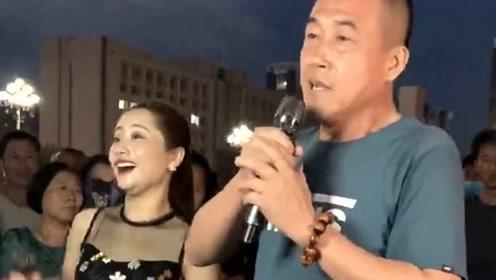 大叔一开口唱歌,美女歌手的表情亮了,高手啊!
