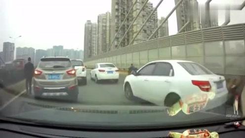 发现前方不对劲,视频车的做法让人挑不出毛病,绝对是个老司机