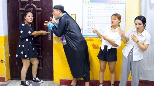 班里转来一位新同学,没想到新同学竟扮僵尸吓唬同学们,真调皮