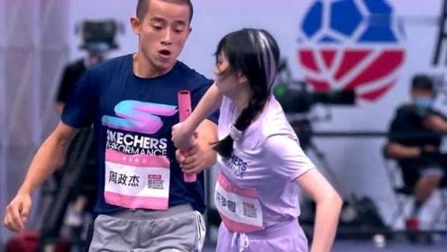王艺瑾接力赛出现失误,摔倒后立马爬起来继续跑,可惜错失了第一!